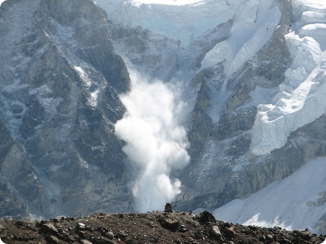 800px-Avalanche_on_Everest